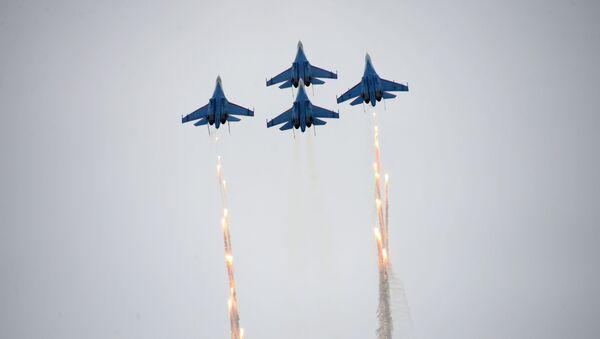 Il gruppo di caccia Su-27 della pattuglia acrobatica Russkiye Vityazy - I Cavalieri russi - Sputnik Italia