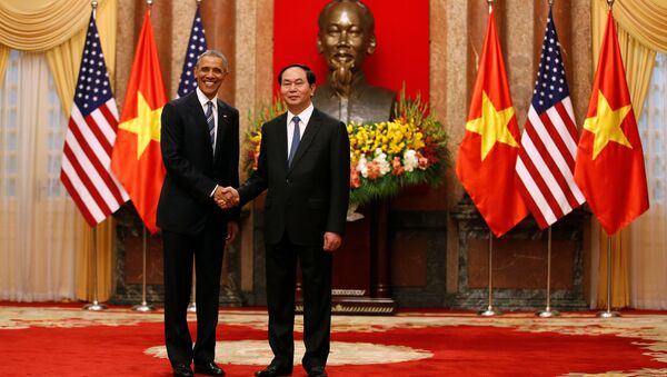 U.S. President Barack Obama shakes hands with Vietnam's President Tran Dai Quang after an arrival ceremony at the presidential palace in Hanoi, Vietnam May 23, 2016. - Sputnik Italia