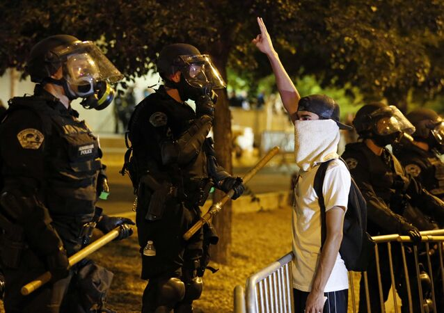 Cordone di polizia ad Albuquerque contro dimostranti anti-Trump