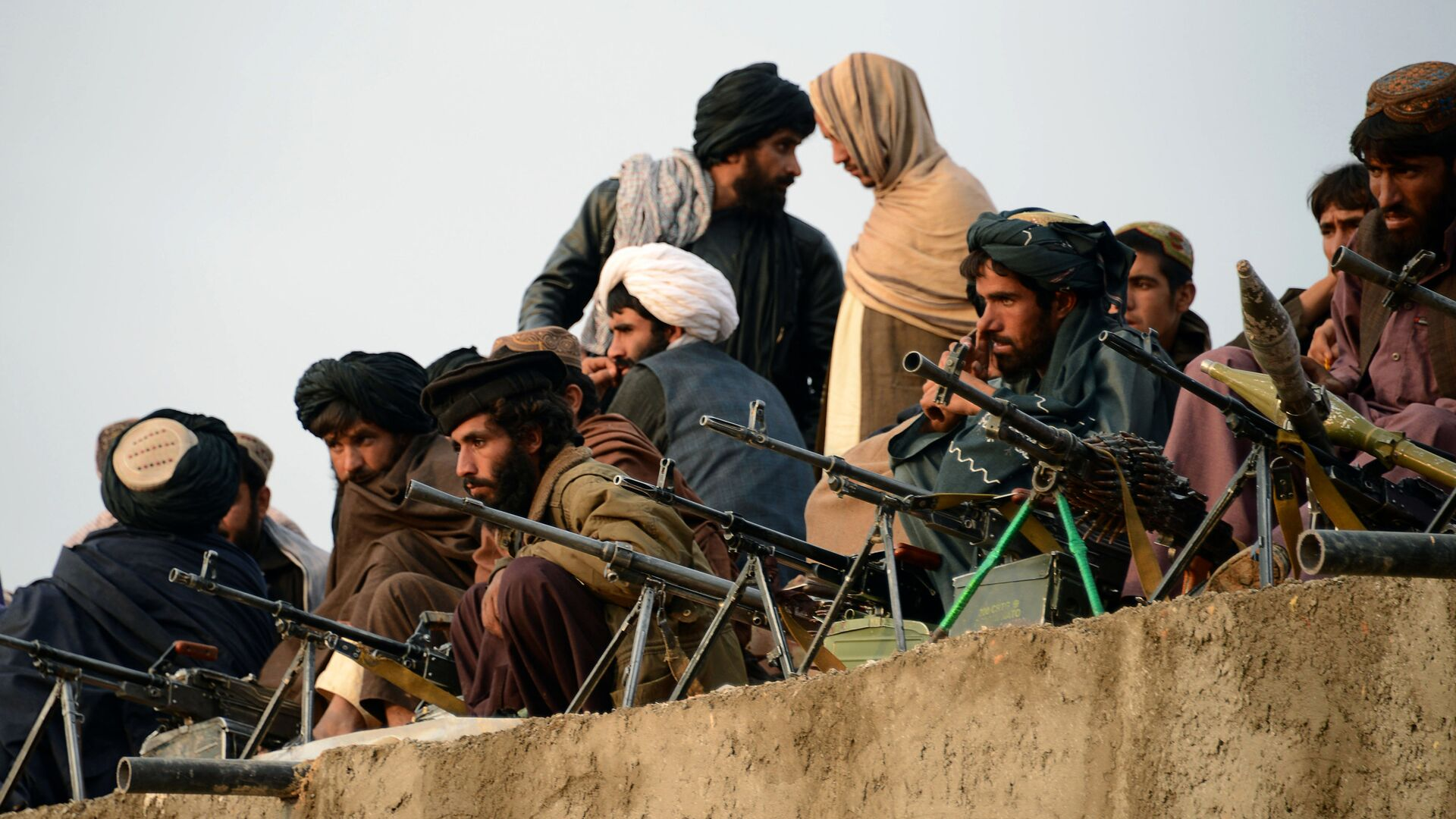 In this photograph taken on November 3, 2015, Afghan Taliban fighters listen to Mullah Mohammad Rasool Akhund (unseen), the newly appointed leader of a breakaway faction of the Taliban, at Bakwah in the western province of Farah - Sputnik Italia, 1920, 14.08.2021