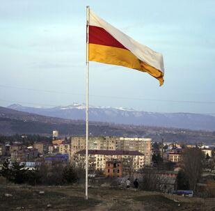 La bandiera dell'Ossezia del Sud