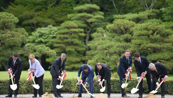 (L to R) Italian Prime Minister Matteo Renzi, German Chancellor Angela Merkel, US President Barack Obama, Japan's Prime Minister Shinzo Abe, French President Francois Hollande, Britain's Prime Minister David Cameron, Canadian Prime Minister Justin Trudeau and European Commission President Jean-Claude Juncker take part in a tree planting ceremony on the grounds at Ise-Jingu Shrine in the city of Ise in Mie prefecture, on May 26, 2016 on the first day of the G7 leaders summit - Sputnik Italia