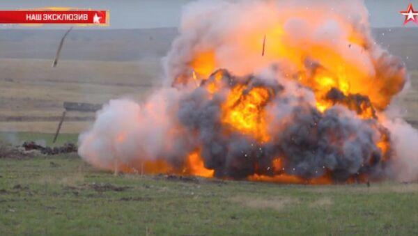 Lanciafiammi d'inferno bruciano e radono al suolo - Sputnik Italia