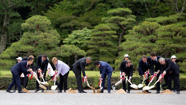 Лидеры стран участниц G7 во время посадки деревьев в святилище Исэ-Дзингу в Японии - Sputnik Italia