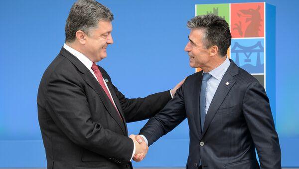 NATO Secretary General Anders Fogh Rasmussen (R) greets Ukrainian President Petro Poroshenko (L) during the 2014 NATO Summit in Newport, Wales, on September 4, 2014 - Sputnik Italia