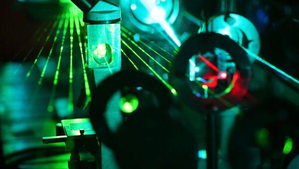 Laser in un laboratorio scientifico - Sputnik Italia