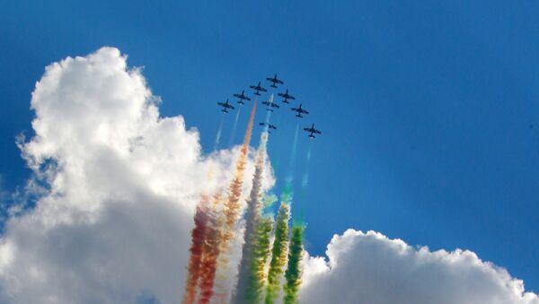 Le Frecce Tricolori disegnano la bandiera italiana - Sputnik Italia