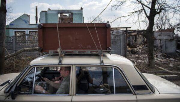 Местный житель покидает Донецк - Sputnik Italia