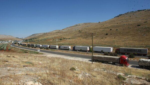 Поток турецких грузовиков на турецко-сирийской границе. Архивное фото - Sputnik Italia