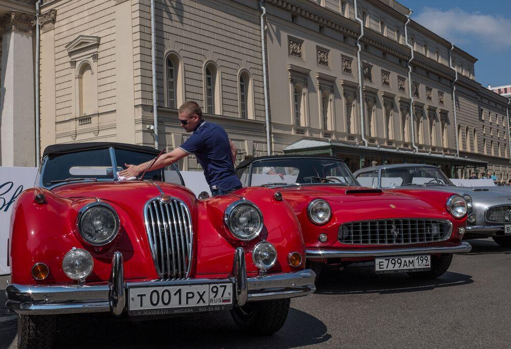 Auto d'epoca in parata a Mosca