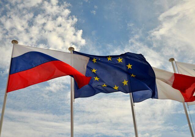 Le bandiere di Russia, UE e Francia sulla promenade di Nizza