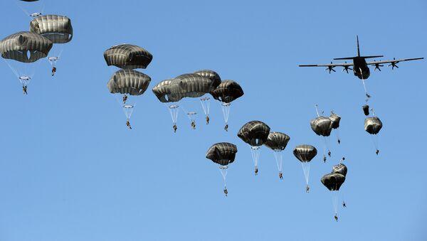 Aviolancio delle truppe USA durante le esercitazioni Anaconda-2016 - Sputnik Italia