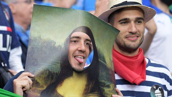 Due tifosi italiani sugli spalti dello stadio di Lione durante la partita Italia - Belgio - Sputnik Italia
