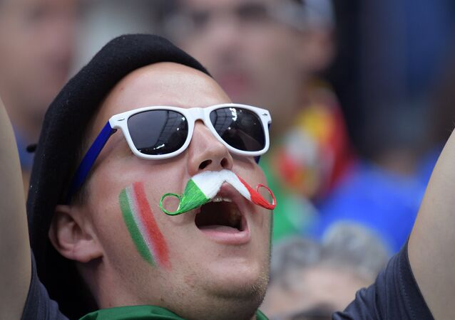 Il look patriottico di un tifoso italiano