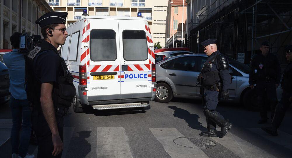Veicolo della polizia trasporta i tifosi russi arrestati dopo i disordini di Marsiglia headquarters in Marseille