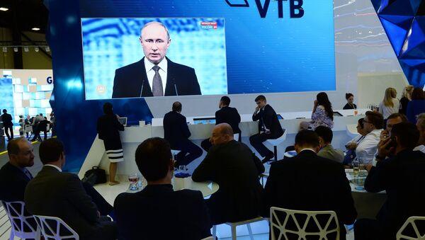 Vladimir Putin alla sessione plenaria dello SPIEF 2016 - Sputnik Italia