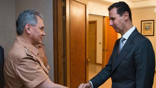 Министр обороны России Сергей Шойгу  и президент Сирии Башар Асад во время переговоров в Сирии - Sputnik Italia