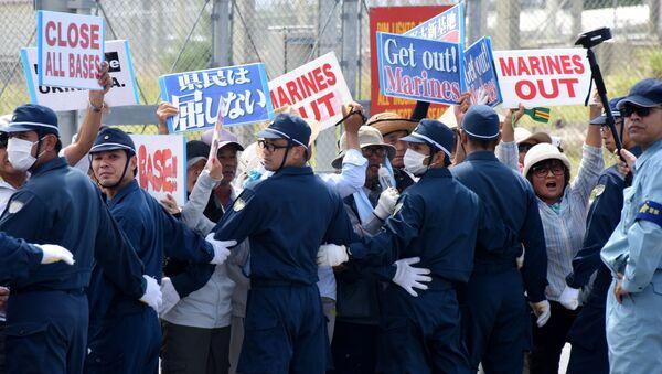 Полиция и протестующие на острове Окинава - Sputnik Italia