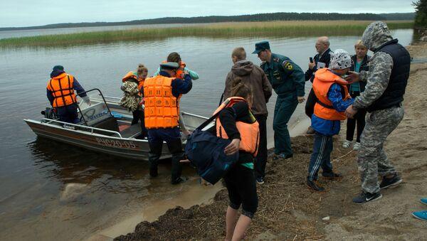 оисково-спасательная операция в районе озера Сямозеро в Карелии - Sputnik Italia
