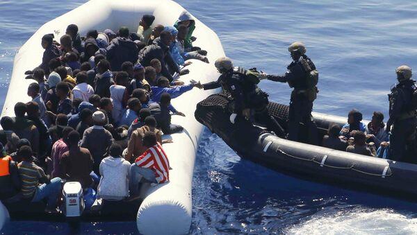 La Marina tedesca soccorre migranti nei quadri dell'Operazione Sophia nel Mar Mediterraneo - Sputnik Italia