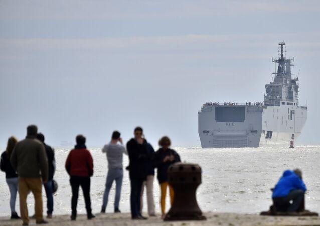 La portaelicotteri Gamal Abd el-Nasser lascia il porto di Saint Nazaire (Francia) diretta in Egitto.анции