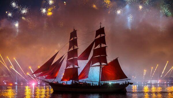 Fuochi d'artificio sulla Neva al passaggio delle vele scarlatte - Sputnik Italia