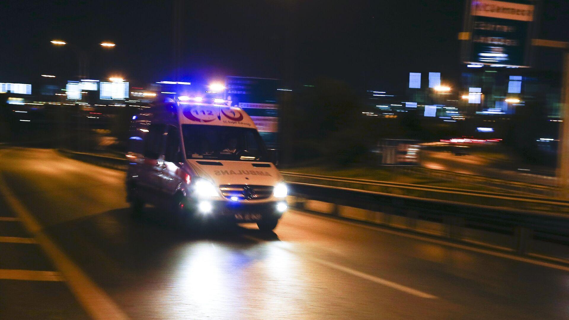 An ambulance arrives at the Ataturk airport in Istanbul - Sputnik Italia, 1920, 02.08.2021