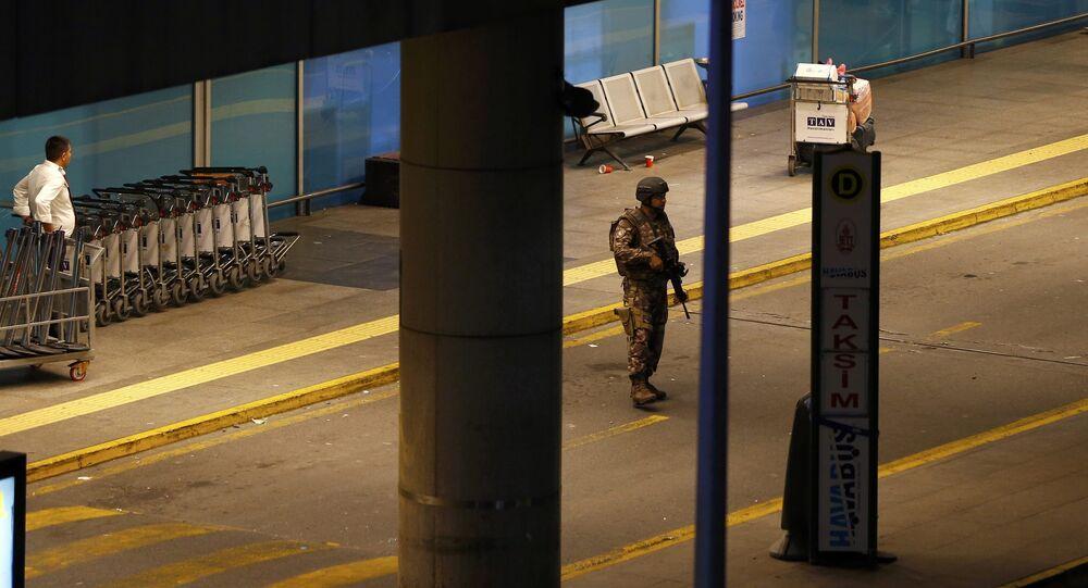 Un agente di polizia armato nel parcheggio dell'aeroporto di Istanbul