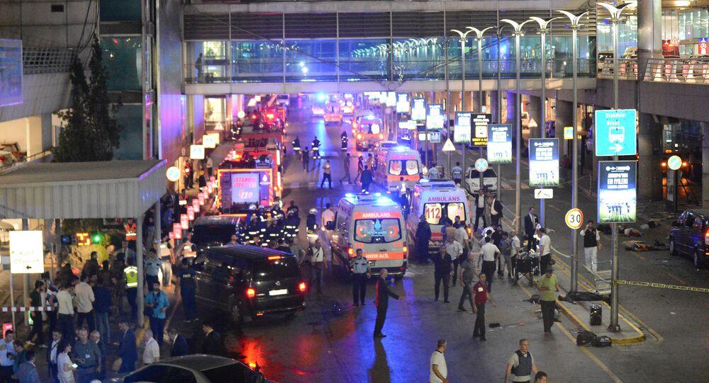L'aeroporto di Istanbul dopo le esplosioni, arrivano i soccorsi