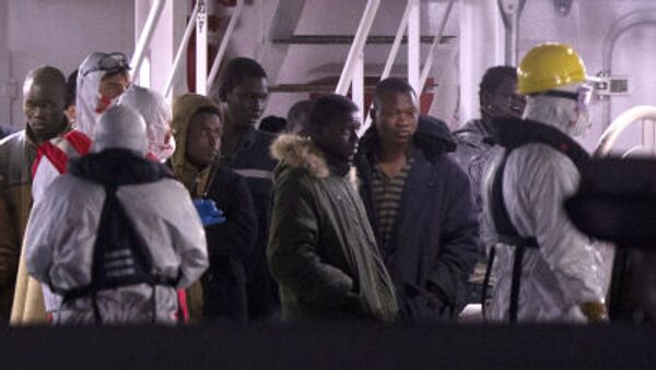 Выжившие мигранты после кораблекрушения в Италии - Sputnik Italia