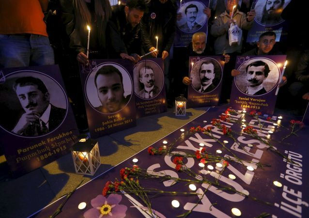 Candele e fotografie in memoria degli armeni uccisi nei massacri nel 1915