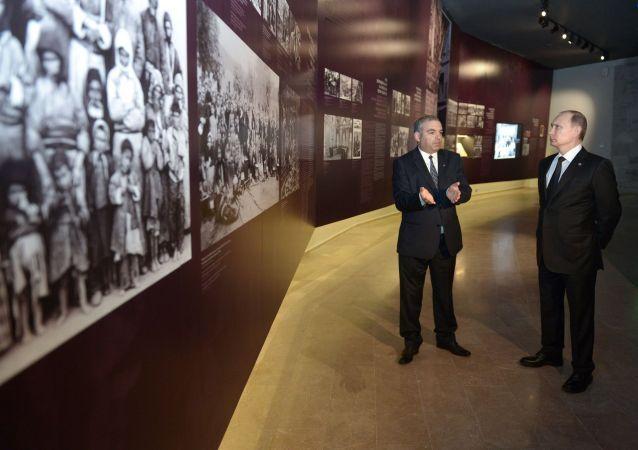 Il presidente della Federazione russa Vladimir Putin durante la visita al centro della memoria delle vittime del genocidio a Erevan, il 24 aprile 2015