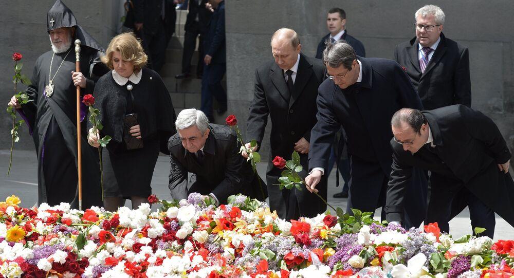 Putin e Hollande durante la cerimonia commemorativa del genocidio armeno ad Yerevan