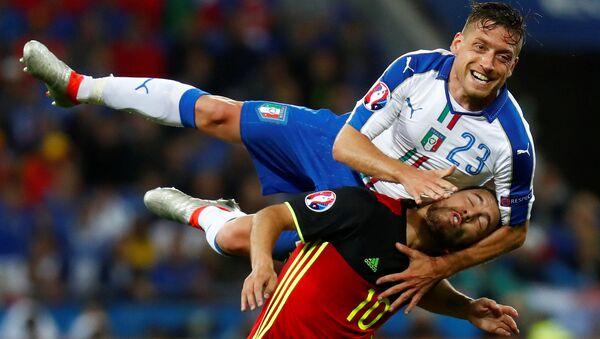 Борьба за мяч между игроками сборных Италии и Бельгии на Евро-2016 во Франции - Sputnik Italia