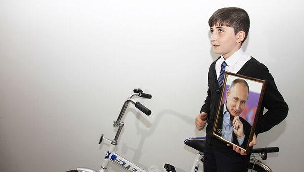 Житель Ингушетии Ислам Гатиев с фотографией президента России Владимира Путина - Sputnik Italia