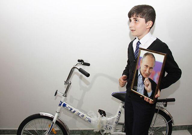 Islam Gatiev con la foto autografata e la bici regalata da Putin