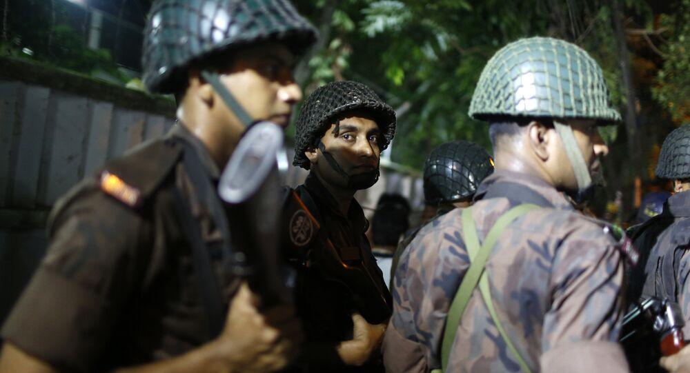 Forze di sicurezza bengalesi a Dacca