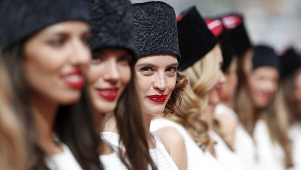 Grid girls line up for the drivers' parade before the Russian F1 Grand Prix in Sochi, Russia, October 11, 2015 - Sputnik Italia