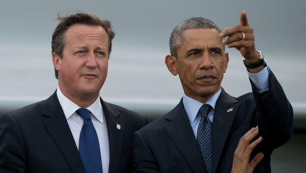 US President Barack Obama, right, stands alongside British Prime Minister David Cameron - Sputnik Italia