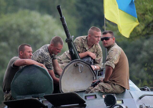 Soldati ucraini durante l'addestramento con gli istruttori britannici