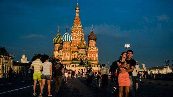 Cittadini e turisti alla Piazza Russa di Mosca. - Sputnik Italia