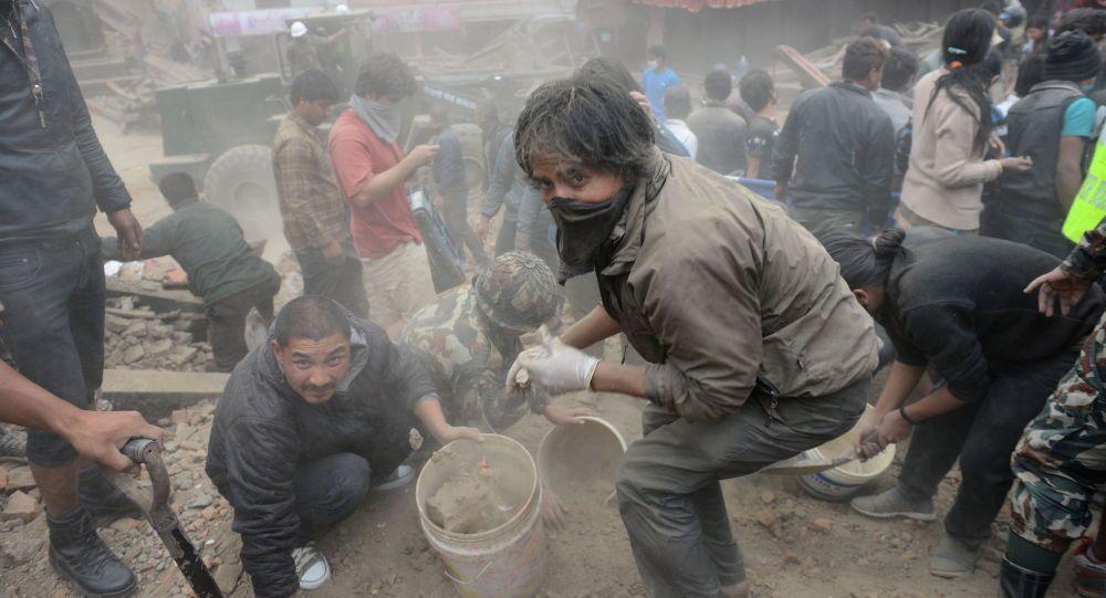 Centinaia di persone sono morti  e dispesi dopo i terribili scosse di sabato a Kathmandu