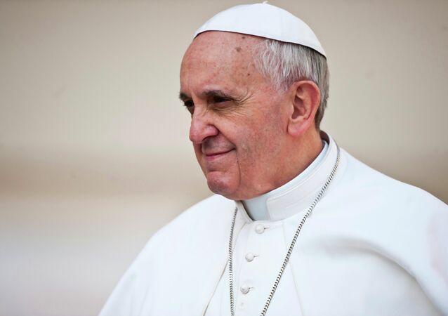 """Papa Francesco invita è a """"non essere timidi"""" contro la corruzione."""