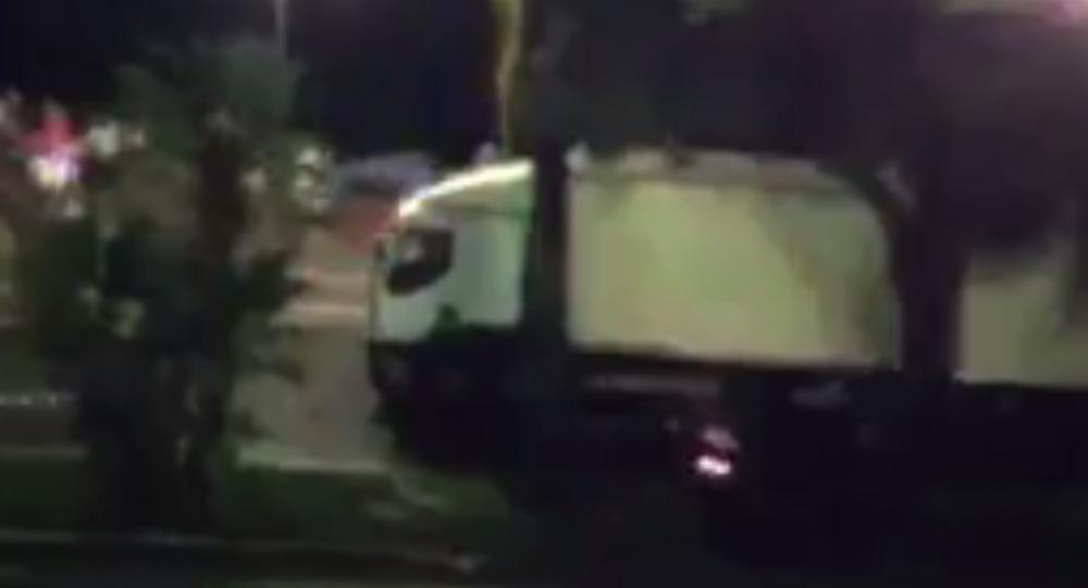 Camion travolge la folla a Nizza