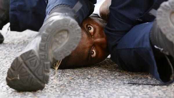 Мужчина протестует против полицейского произвола после убийства Элтона Стерлинга в Луизиане - Sputnik Italia