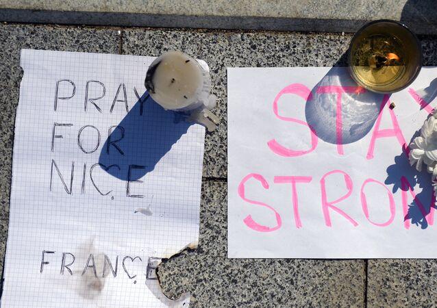 A Mosca si commemora le vittime della strage a Nizza