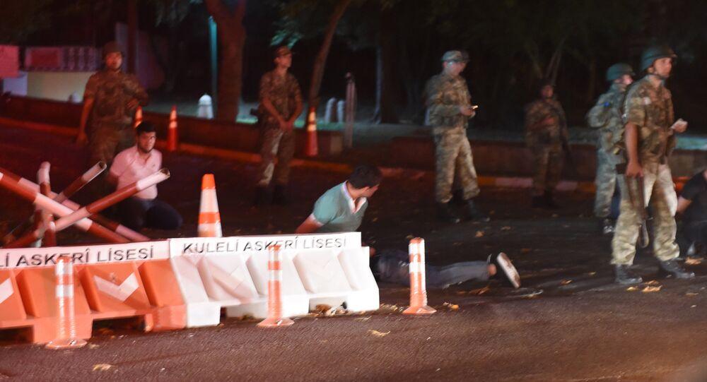 I militari turchi hanno bloccato i ponti sul Bosforo a Istanbul