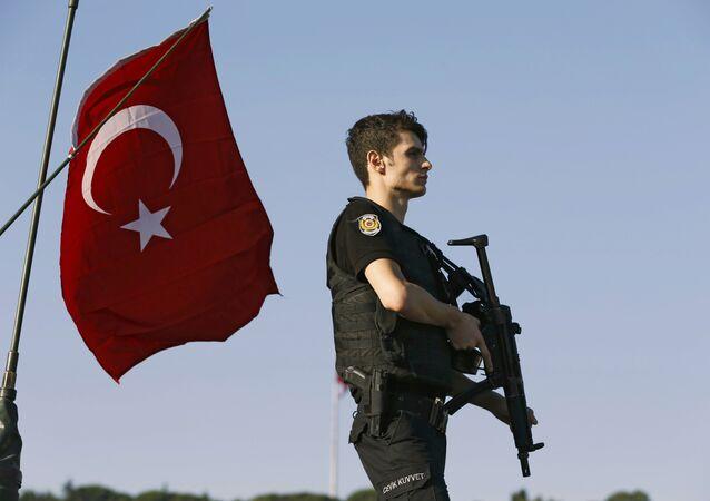 Poliziotto ad Istanbul dopo il fallito golpe