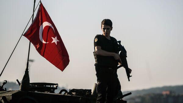 Турецкий военный в Стамбуле после попытки государственного переворота - Sputnik Italia