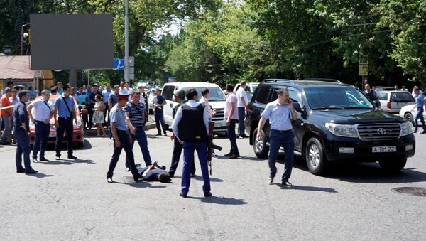 Police officers detain a man after an attack in the centre of Almaty, Kazakhstan, July 18, 2016 - Sputnik Italia